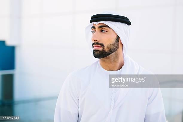 portrait d'homme d'affaires de singapour - homme arabe barbu photos et images de collection