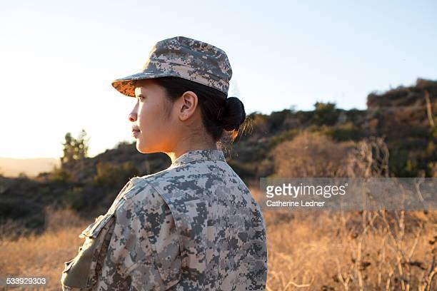 portrait of army woman at sunset - objetivo militar imagens e fotografias de stock