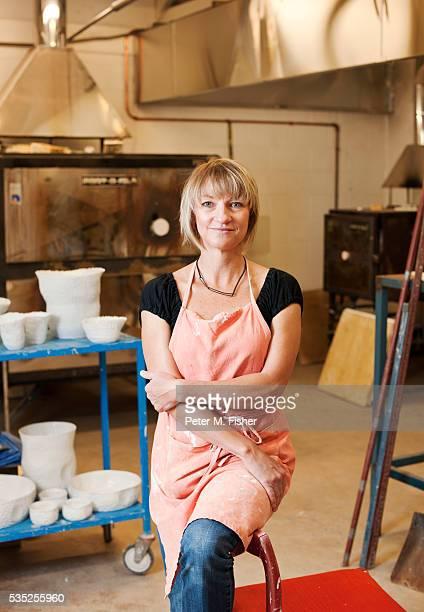 portrait of artist in studio - kunsthandwerkliches erzeugnis stock-fotos und bilder