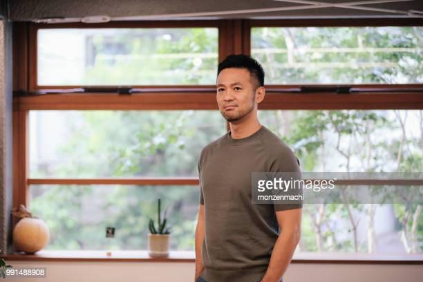 アジアの創造的なビジネスマンの肖像画 - 目をそらす ストックフォトと画像
