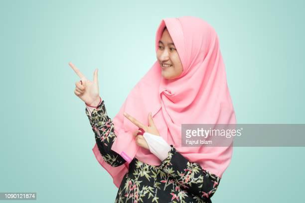 portrait of asian girl at studio - alleen tieners stockfoto's en -beelden