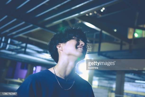 夜に路上で演奏するアジアのストリートミュージシャンの肖像画 - musician ストックフォトと画像