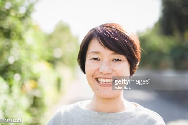 彼女の 40 年代のアジアの女性の肖像画 - 中年 ストックフォトと画像