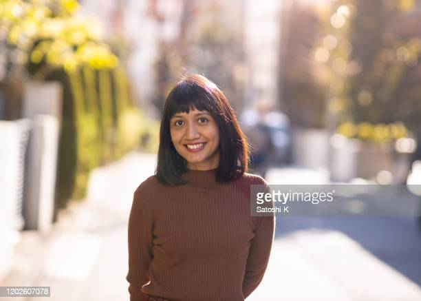 portret van aziatische vrouw op straat - zuidoost aziatische etniciteit stockfoto's en -beelden
