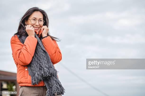 亞洲女性戶外肖像 - mid adult women 個照片及圖片檔