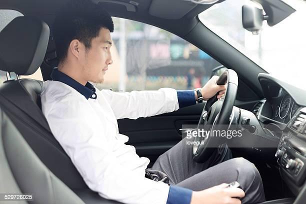 アジアのポートレート、若いビジネスマン駆動車 - 取っ手 ストックフォトと画像