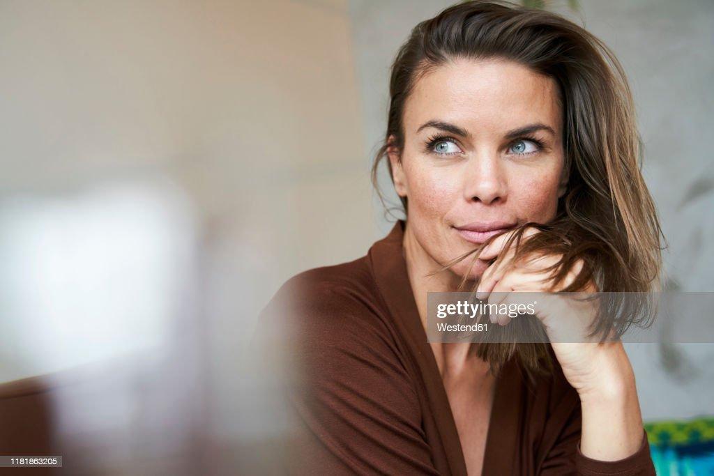 Portrait of attractive brunette woman : Stock-Foto