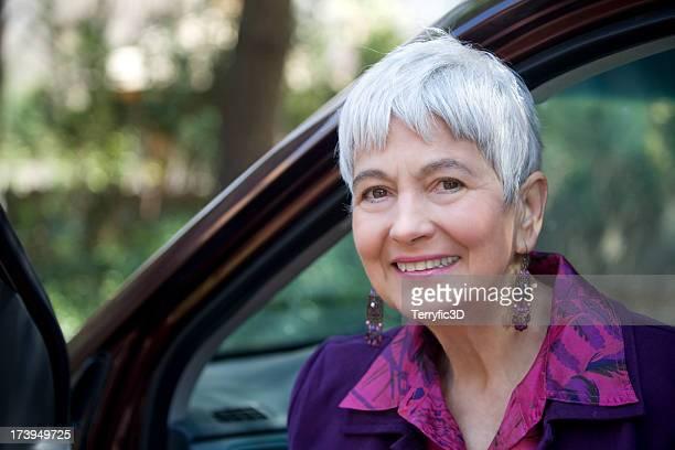 retrato de atraente mulher idosa e abre porta de carro - terryfic3d imagens e fotografias de stock
