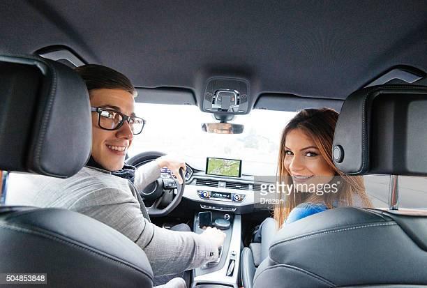 のポートレート、魅力的な若いカップルで市の車、高級車