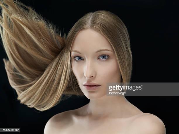 portrait of attractive young woman tossing hair - cabelo partido imagens e fotografias de stock
