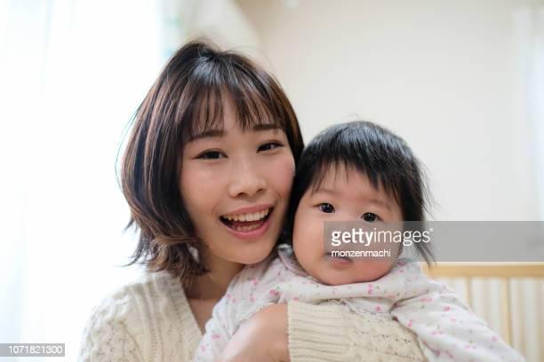 赤ちゃんと赤ちゃんの部屋で母の肖像画 - 専業主婦 ストックフォトと画像