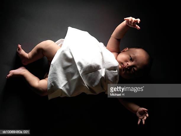 portrait of baby boy (0-1 months) lying on black surface, studio shot - 0 1 mes fotografías e imágenes de stock