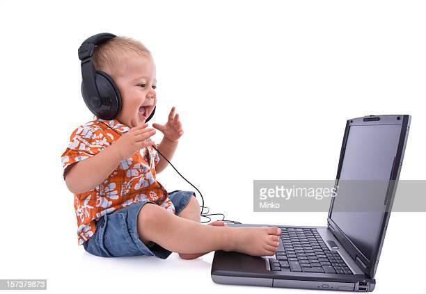 Retrato de bebé escucha auriculares