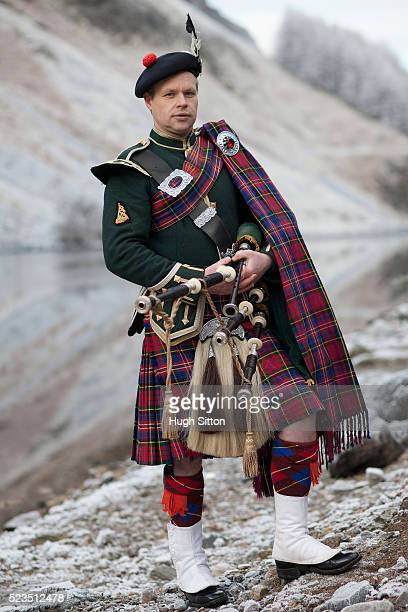 portrait of bagpiper standing next to scottish loch. west coast scotland - hugh sitton stock pictures, royalty-free photos & images