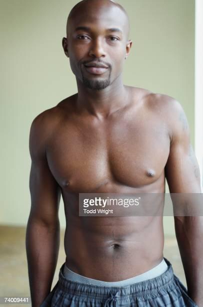 portrait of bare chested african man - ontbloot bovenlichaam stockfoto's en -beelden