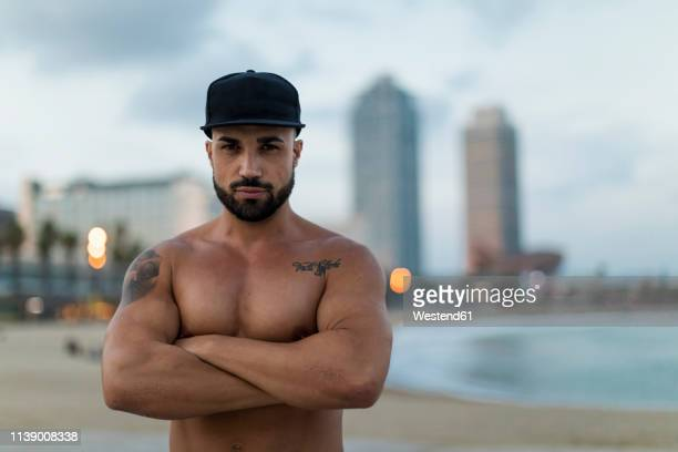 portrait of barechested muscular man outdoors at dusk - bovenlichaam stockfoto's en -beelden