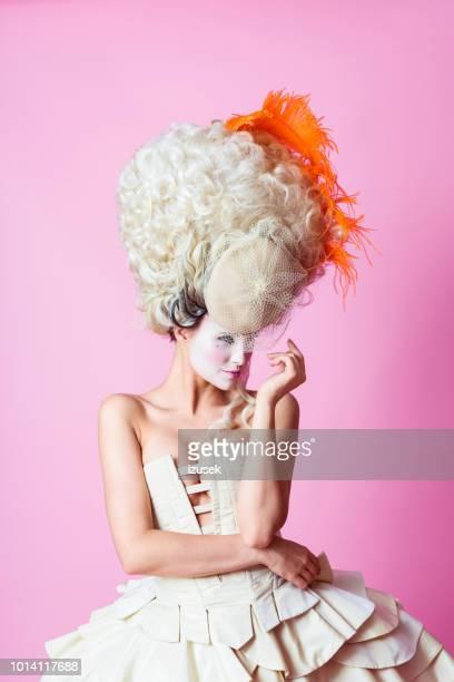 retrato de mulher barroco usando peruca, rosa backgroud - roupa de época - fotografias e filmes do acervo