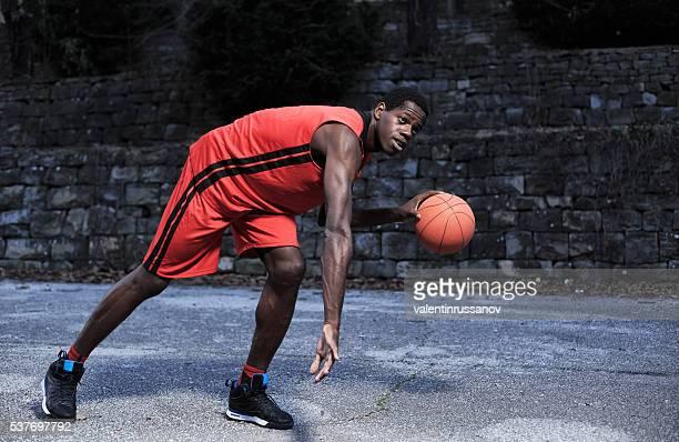 Porträt von basketball-Spieler Dribbeln im Freien