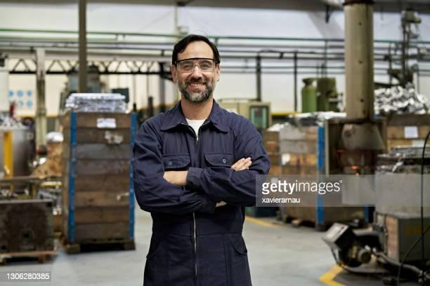 40代前半のひげを生やした鋳造労働者の肖像 - 作業着 ストックフォトと画像