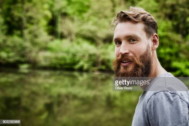 portrait of bearded man at the water - vollbart stock-fotos und bilder