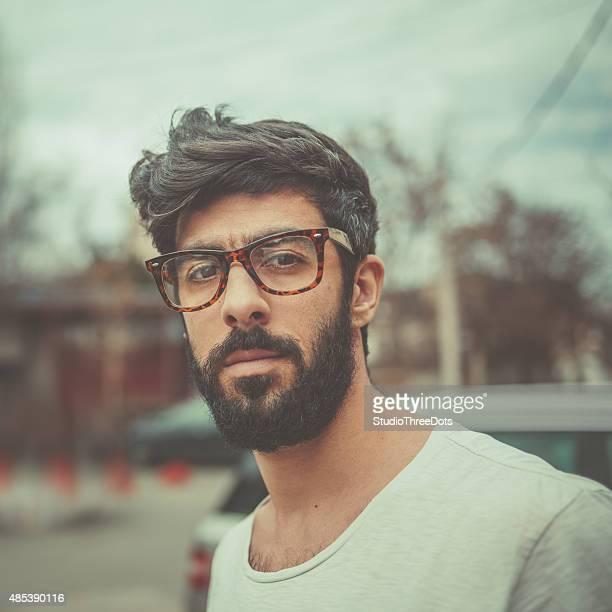 Porträt des bärtigen Mannes mit Brille