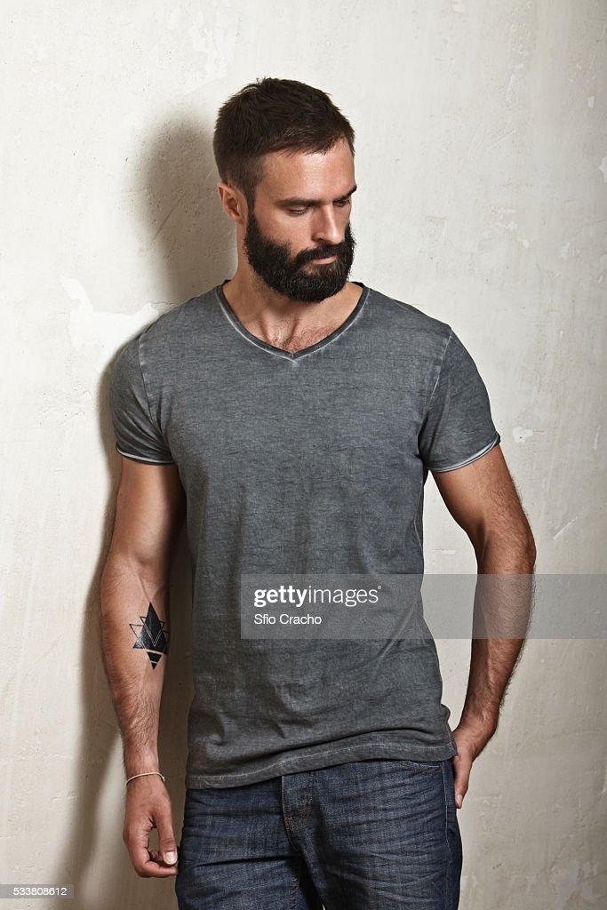 Portrait of bearded man wearing grey t-shirt : Foto stock