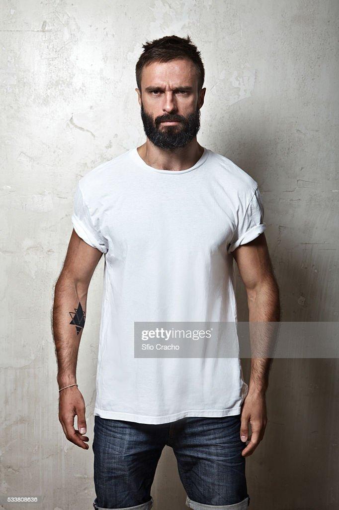 Portrait of bearded man wearing white t-shirt : Foto stock