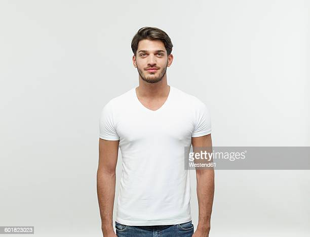 portrait of bearded young blond man wearing white t-shirt - cadrage à la taille photos et images de collection