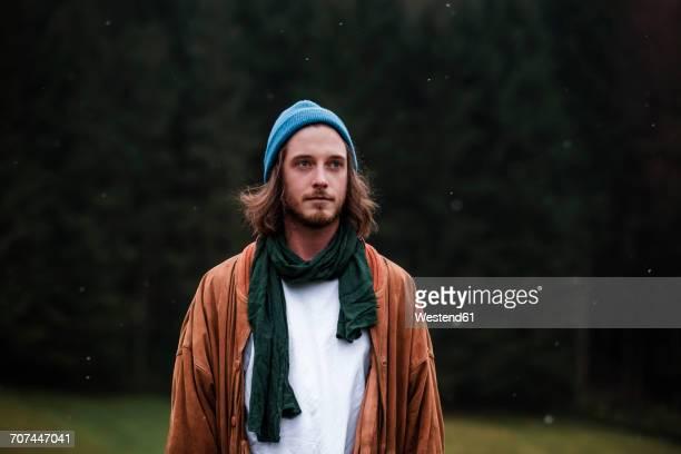 portrait of bearded young man in autumn - 25 29 jahre stock-fotos und bilder