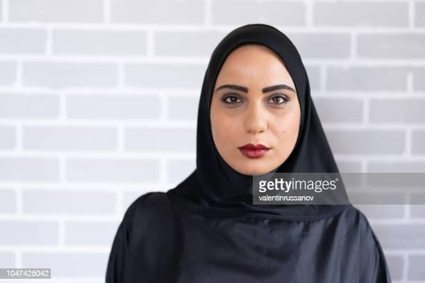 portrait of beautiful arab woman - ornamento del capo foto e immagini stock