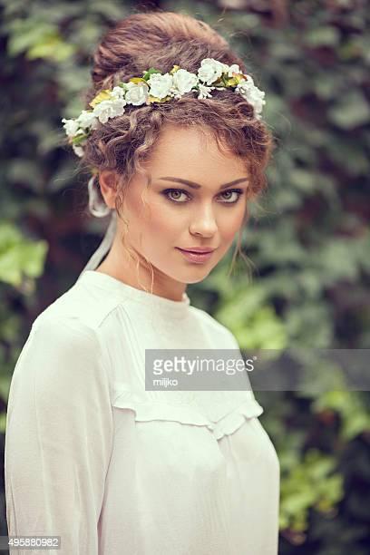 retrato de uma bela moda modelo posando ao ar livre - coroa enfeite para cabeça - fotografias e filmes do acervo