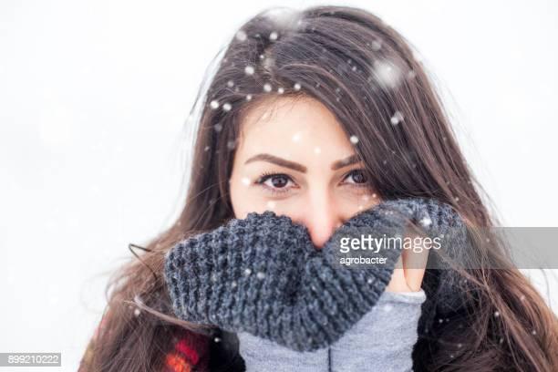 屋外の美しい少女のポートレートを表示