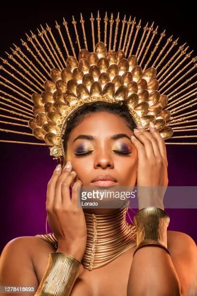 portret van mooie gouden afrikaanse vrouw van de koningin - african tribal culture stockfoto's en -beelden