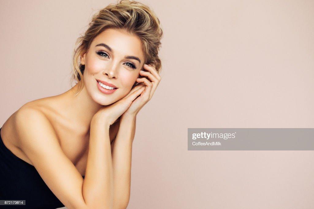 Porträt des schönen glücklich blonde Frau : Stock-Foto