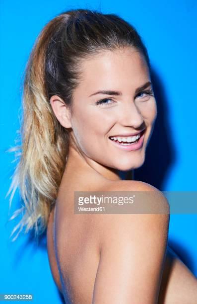 portrait of beautiful happy young woman - oben ohne frau stock-fotos und bilder