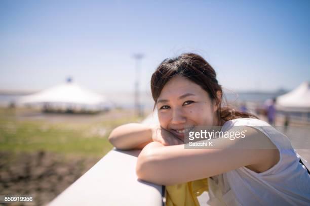 橋の上の美しい日本女性の肖像画
