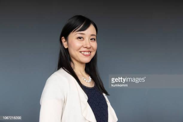 美しい日本の女性の肖像画 - グレー背景 ストックフォトと画像