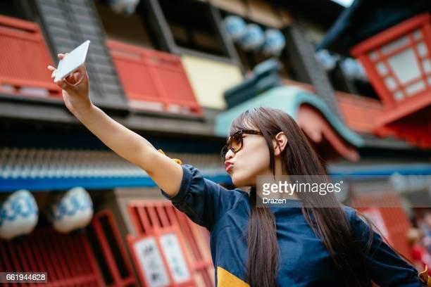 休みの歴史日本の村でアウトドアを楽しむ美しい日本の若い女性の肖像画