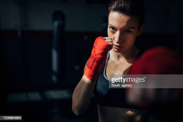 portret van mooie schopbokser die in de gymnastiek uitoefent - mixed martial arts stockfoto's en -beelden