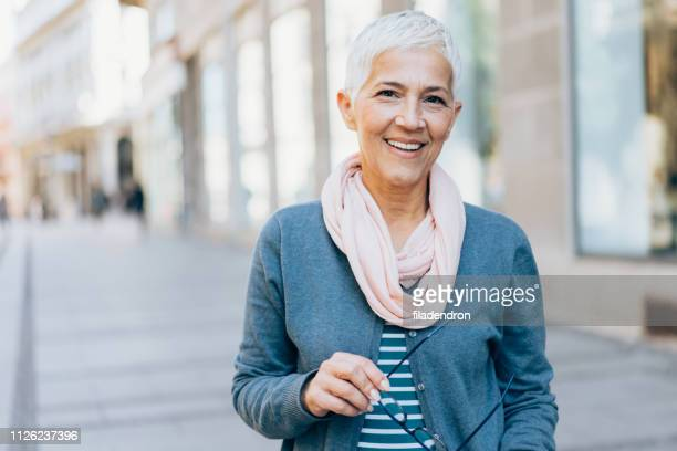 retrato de uma bela mulher madura - cabelo curto comprimento de cabelo - fotografias e filmes do acervo