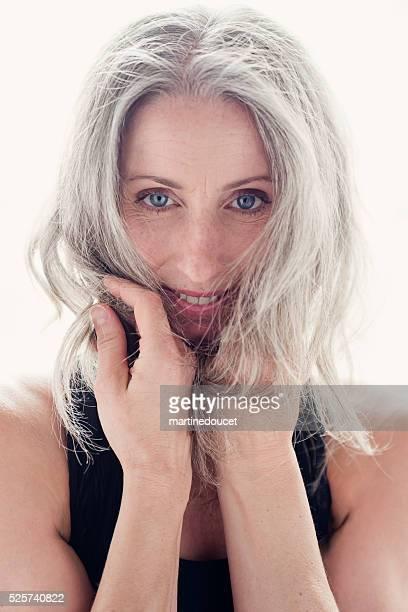 Porträt von schöne Reife Frau mit Silber Haar in tanktop.