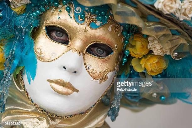 Ritratto di bella donna in maschera di carnevale ornato di Venezia