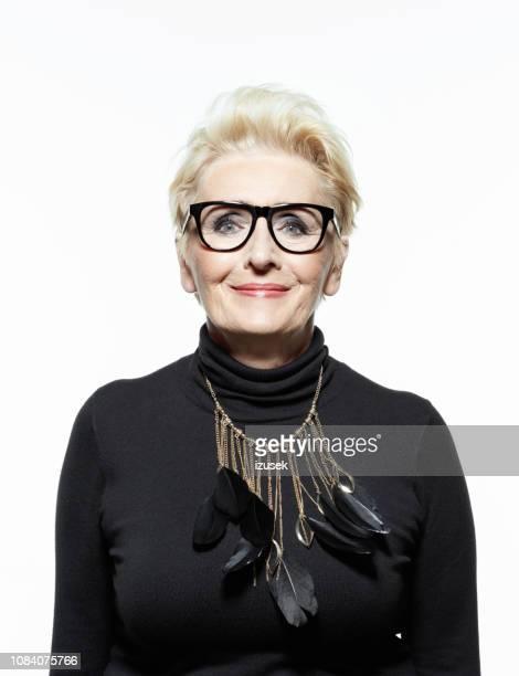 美しいシニア女性の肖像画 - 黒のシャツ ストックフォトと画像