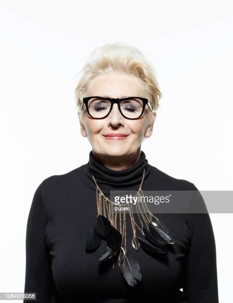 portret van mooie senior vrouw - glamour stockfoto's en -beelden