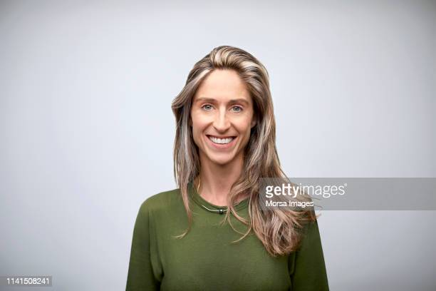 portrait of beautiful smiling businesswoman - portrait classique photos et images de collection