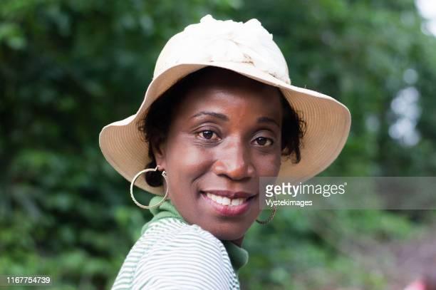 portrait of beautiful smiling woman on a walk in the bush. - femme ivoirienne photos et images de collection