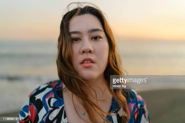 海の美女の肖像 - ポジティブなボディイメージ ストックフォトと画像