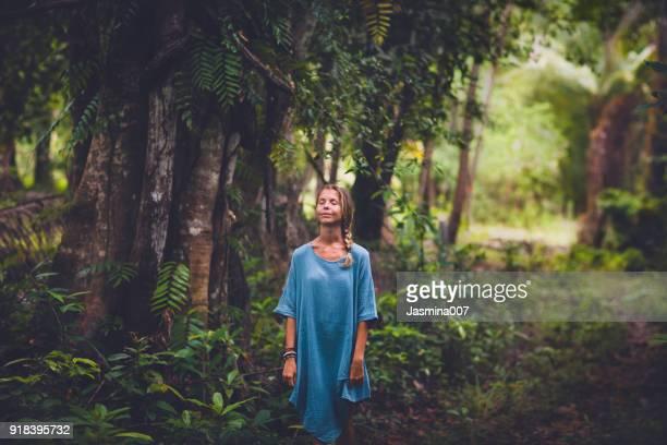 Portrait de la belle femme dans la forêt tropicale