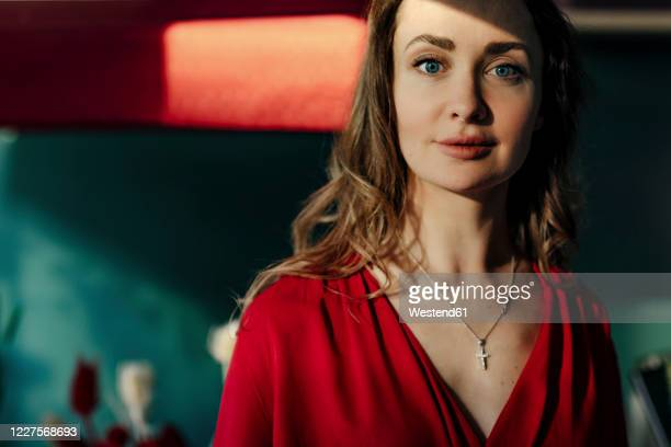 portrait of beautiful woman in red dress - halsketting stockfoto's en -beelden