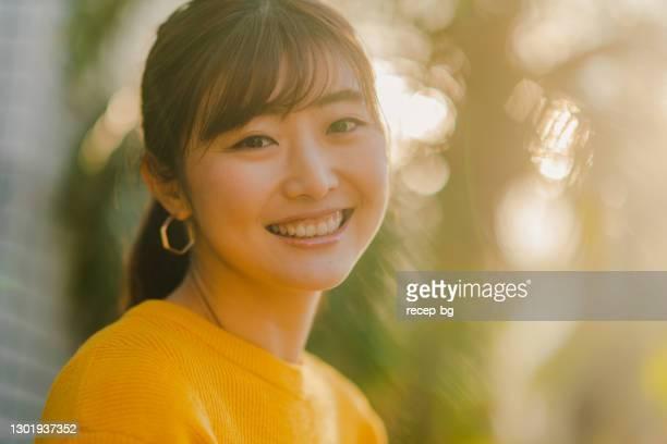 自然の中で黄色のセーターで美しい女性の肖像画 - 女性 ストックフォトと画像